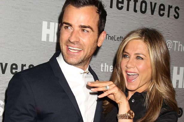 Jennifer Aniston presume anillo de casada